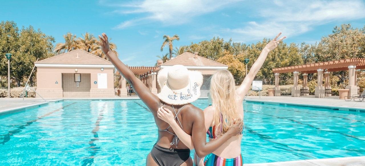Chicas disfrutando en la piscina